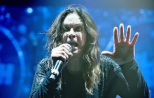 """Black Sabbath, arriva in Italia il tour e Ozzy Osbourne dichiara che """"i Black Sabbath sono troppo vecchi per fare un nuovo album; non sto dicendo che non salirò mai più sul palco con Geezer o Tony o qualcuno di loro. Però come Black Sabbath siamo ufficialmente finiti, tornerò a fare qualcosa per i fatti miei. Se facessimo un disco prima del tour ci vorrebbero 3 o 4 anni per scriverlo e registrarlo e per allora avrei compiuto 72/73 cazzo di anni, perciò abbiamo ripiegato su un semplice tour di addio""""."""